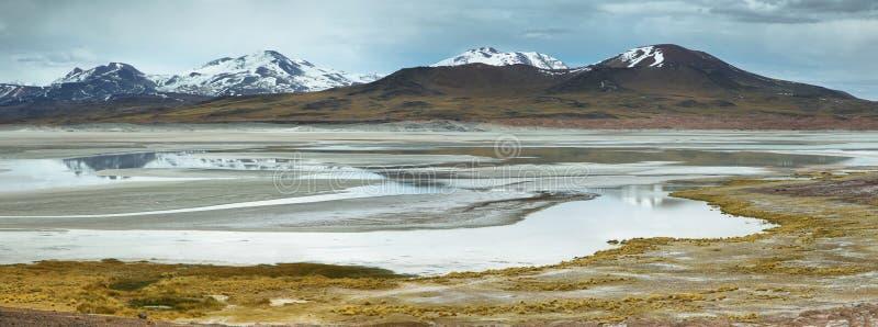 Άποψη των βουνών και Aguas calientes ή της αλατισμένης λίμνης Piedras rojas στο πέρασμα Sico στοκ φωτογραφίες