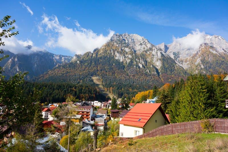 Άποψη των βουνών πόλεων και Bucegi Busteni στοκ εικόνες