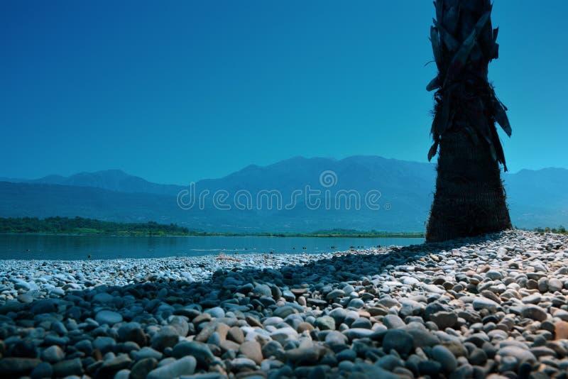 άποψη των βουνών στην παράκτια θάλασσα του Μαυροβουνίου με το μπλε ουρανό στοκ εικόνα