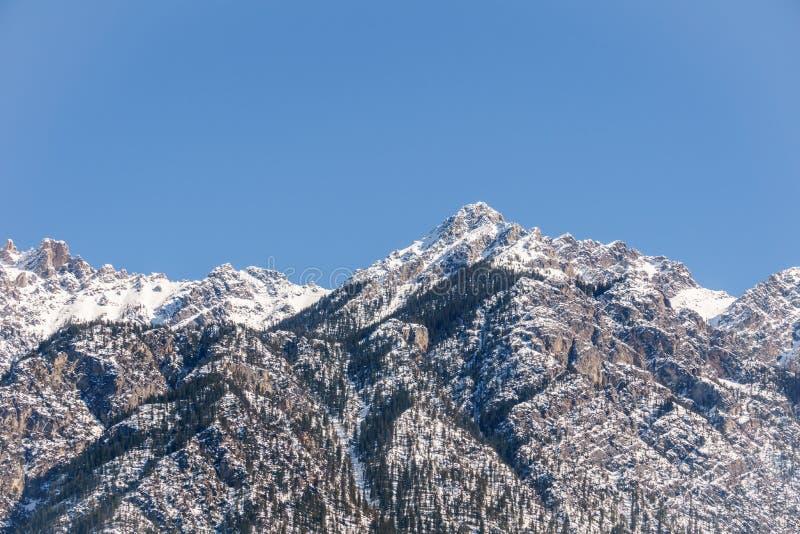 Άποψη των δύσκολων βουνών μια ηλιόλουστη ημέρα άνοιξη με το σαφή μπλε  στοκ εικόνες