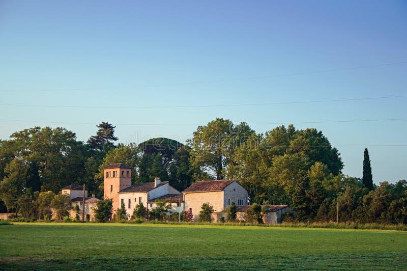 Άποψη των εξοχικών σπιτιών στην ανατολή, με τα δέντρα και το μπλε ουρανό, κοντά στο χωριό châteauneuf-de-Gadagne στοκ εικόνες