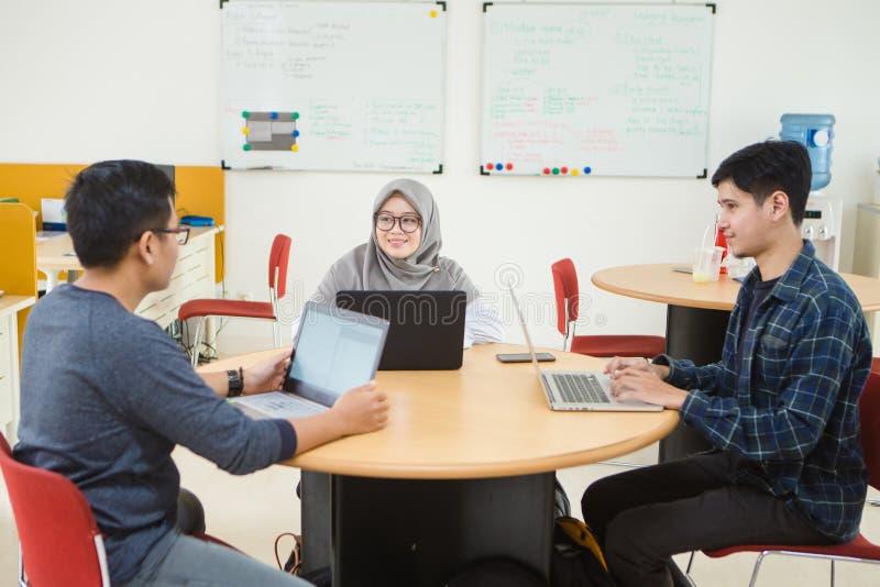 Άποψη των επιχειρηματιών που συζητούν στην αίθουσα συνεδριάσεων στο δημιουργικό γραφείο στοκ φωτογραφίες