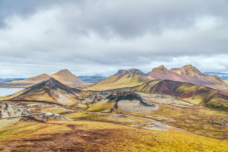 Άποψη των ζωηρόχρωμων mounains Landmannalaugar από το ίχνος πεζοπορίας Laugavegur Φθινόπωρο Ισλανδία στοκ φωτογραφίες