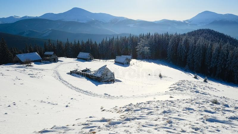 Άποψη των καλυμμένων χιόνι βουνών στο μικρό ορεινό χωριό στοκ φωτογραφίες