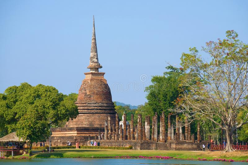 Άποψη των καταστροφών του αρχαίου βουδιστικού ναού του Si Wat Sa μια ηλιόλουστη ημέρα ιστορικό sukhothai Ταϊλάνδη πάρκων στοκ εικόνες
