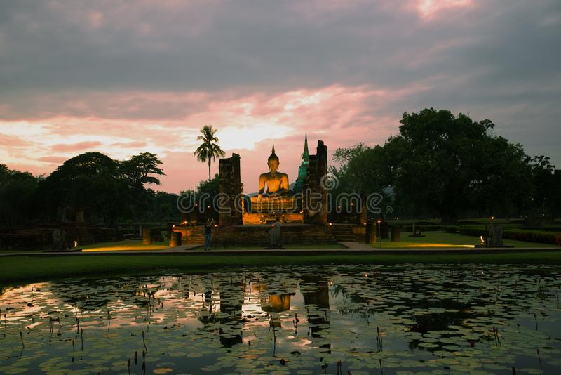 Άποψη των καταστροφών του αρχαίου βουδιστικού ναού Wat Chana Songhram στοκ φωτογραφίες