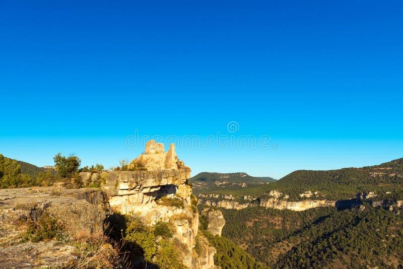 Άποψη των καταστροφών του κάστρου Siuran, Tarragona, Catalunya, Ισπανία Διάστημα αντιγράφων για το κείμενο στοκ εικόνα