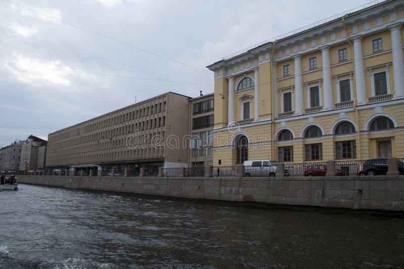 Άποψη των κτηρίων κατά μήκος του αναχώματος από το κανάλι στοκ εικόνες με δικαίωμα ελεύθερης χρήσης