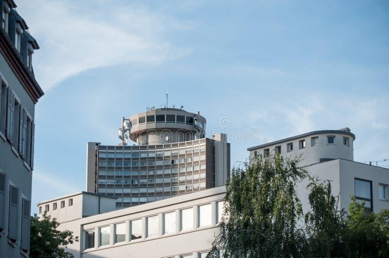 άποψη των κτηρίων στη Μυλούζ με τον πύργο της Ευρώπης και panoramique το εστιατόριο στην κορυφή στοκ εικόνες