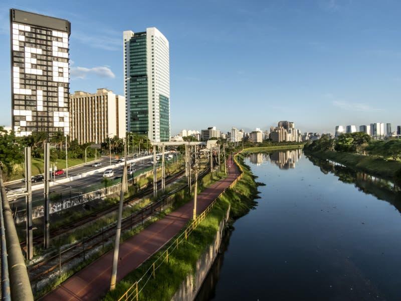 Άποψη των κτηρίων, τραίνο CPTM, κυκλοφορία των οχημάτων και ποταμός στην οριακή λεωφόρο ποταμών Pinheiros στοκ φωτογραφίες με δικαίωμα ελεύθερης χρήσης