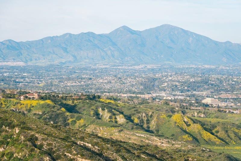 Άποψη των λόφων και των βουνών από το πάρκο λιβαδιών Moulton, στο Λαγκούνα Μπιτς, Κομητεία Orange, Καλιφόρνια στοκ εικόνα