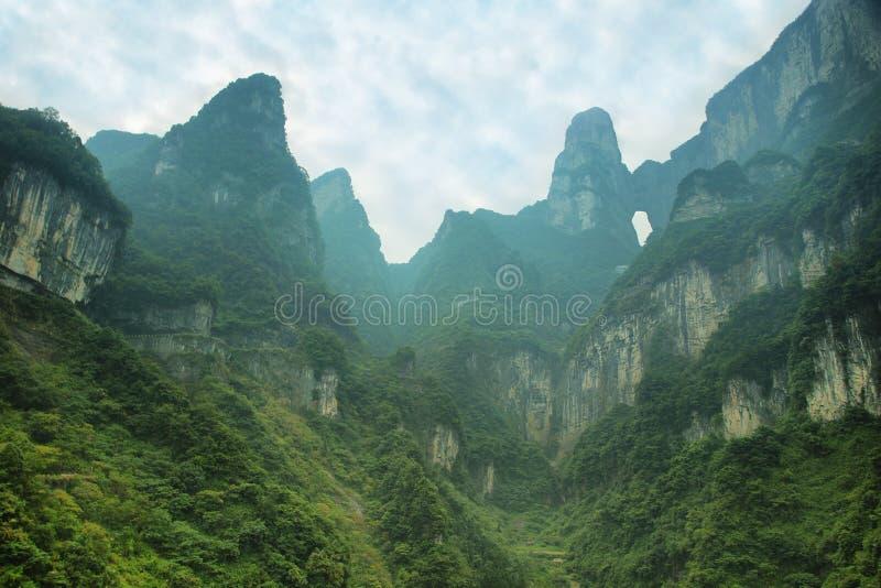 Άποψη των μεγαλοπρεπών αιχμών και της σπηλιάς Tianmen του βουνού Tianmen στοκ εικόνες με δικαίωμα ελεύθερης χρήσης