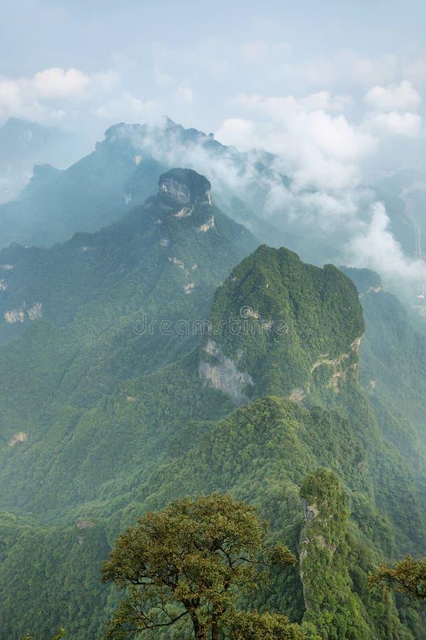 Άποψη των μεγαλοπρεπών αιχμών του βουνού Tianmen στοκ εικόνα