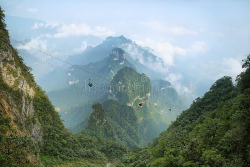 Άποψη των μεγαλοπρεπών αιχμών του βουνού Tianmen στοκ φωτογραφίες
