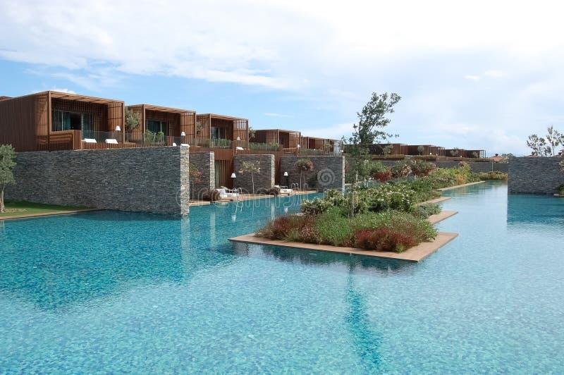 Άποψη των μοντέρνων βιλών, μπλε κρεβάτια λιμνών και λουλουδιών στην πολυτέλεια στοκ φωτογραφία με δικαίωμα ελεύθερης χρήσης