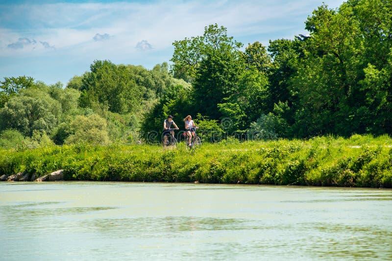 Άποψη των οδηγώντας ποδηλάτων ζευγών στοκ εικόνες
