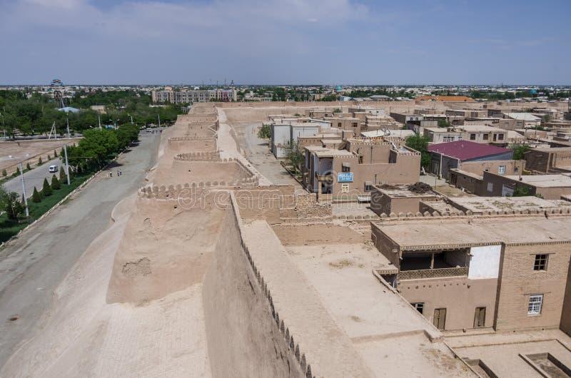 Άποψη των παλαιών τοίχων και των πύργων Khiva, Ουζμπεκιστάν πόλεων στοκ φωτογραφία