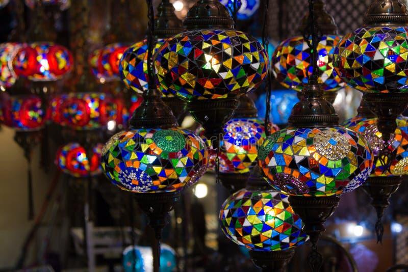 Άποψη των παραδοσιακών φωτεινών διακοσμητικών κρεμώντας τουρκικών λαμπτήρων και των ζωηρόχρωμων φω'των με τα ζωηρά χρώματα στο με στοκ εικόνα