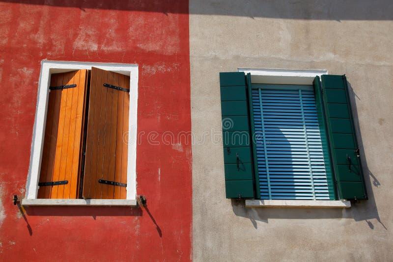 Άποψη των παραθύρων σπιτιών με το παραθυρόφυλλο στο Burano Βενετία Ιταλία στοκ φωτογραφία με δικαίωμα ελεύθερης χρήσης