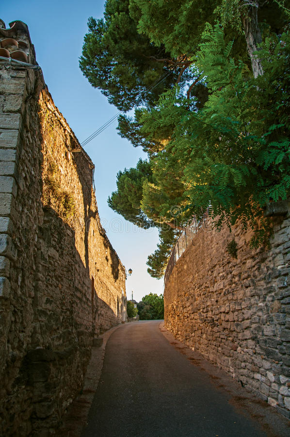 Άποψη των παραδοσιακών σπιτιών και των τοίχων πετρών σε μια οδό στο ηλιοβασίλεμα, σε châteauneuf-de-Gadagne στοκ φωτογραφία με δικαίωμα ελεύθερης χρήσης