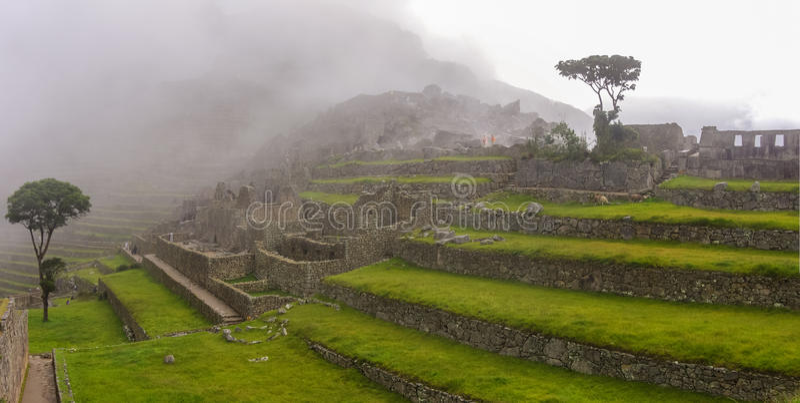 Άποψη των πεζουλιών της χαμένης πόλης Inca Machu Picchu σύννεφα χαμηλά στοκ εικόνα με δικαίωμα ελεύθερης χρήσης