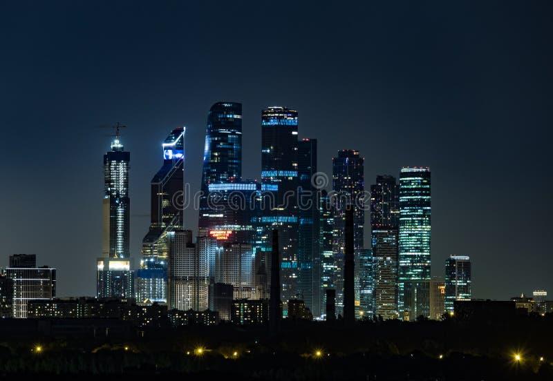 Άποψη των πύργων της πόλης της Μόσχας εμπορικών κέντρων τη νύχτα στοκ φωτογραφίες