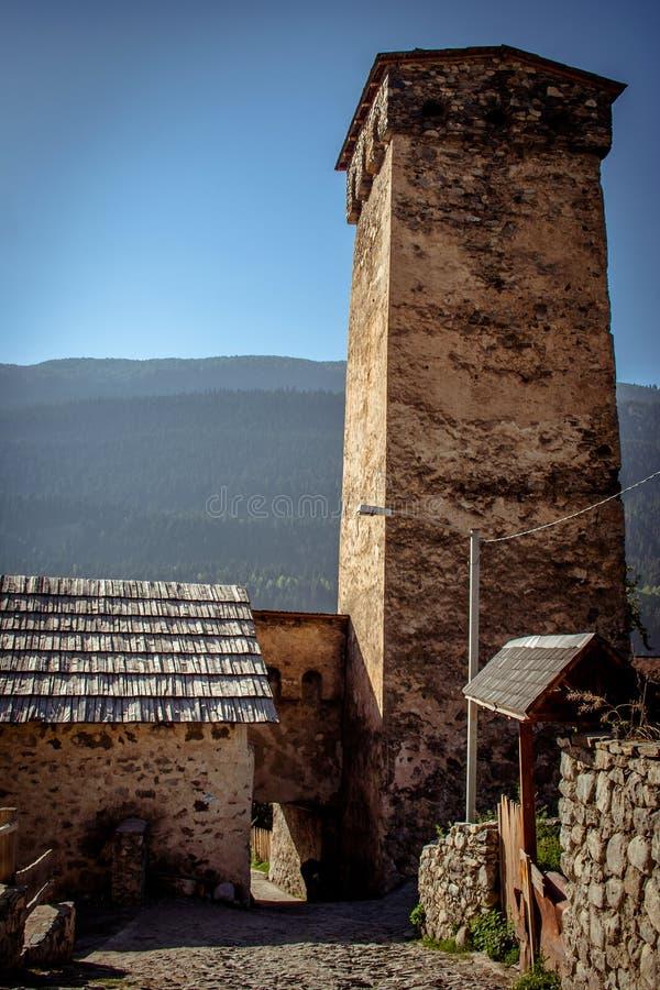 Άποψη των πύργων Svanetian στο χωριό Mestia Ανώτερο Svaneti, Γ στοκ φωτογραφίες