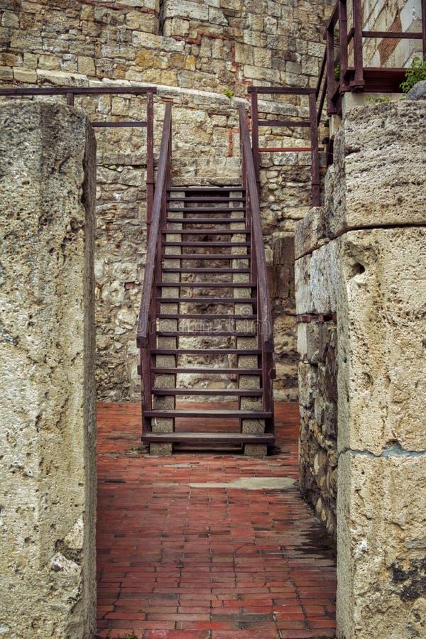 Άποψη των σκαλοπατιών σιδήρου στο παλαιό κτήριο πετρών στοκ εικόνα