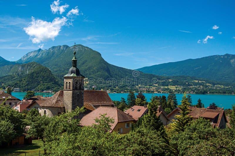 Άποψη των σπιτιών με το καμπαναριό, στο χωριό Talloires, δίπλα στη λίμνη του Annecy στοκ φωτογραφία με δικαίωμα ελεύθερης χρήσης