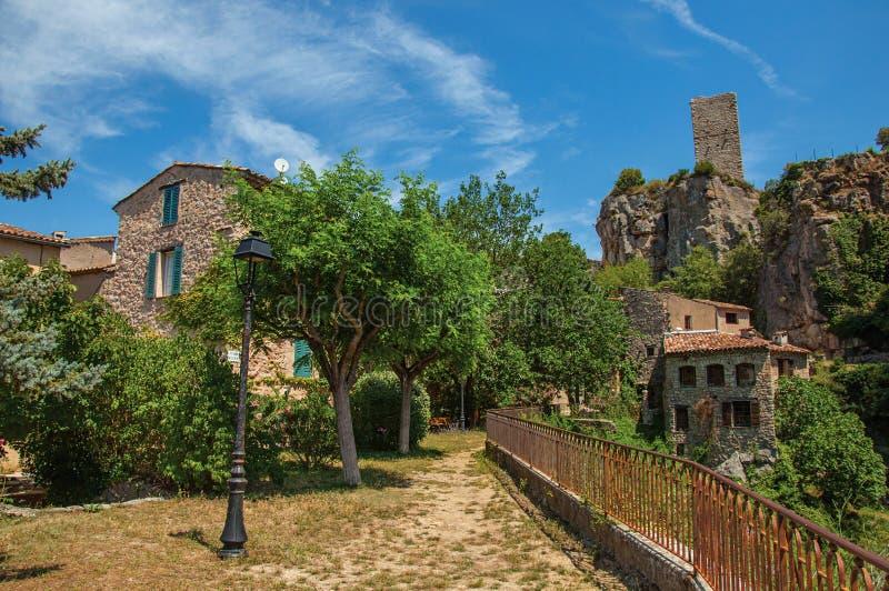Άποψη των σπιτιών που αντιμετωπίζουν τον κήπο και τον απότομο βράχο σε Châteaudouble στοκ φωτογραφίες με δικαίωμα ελεύθερης χρήσης