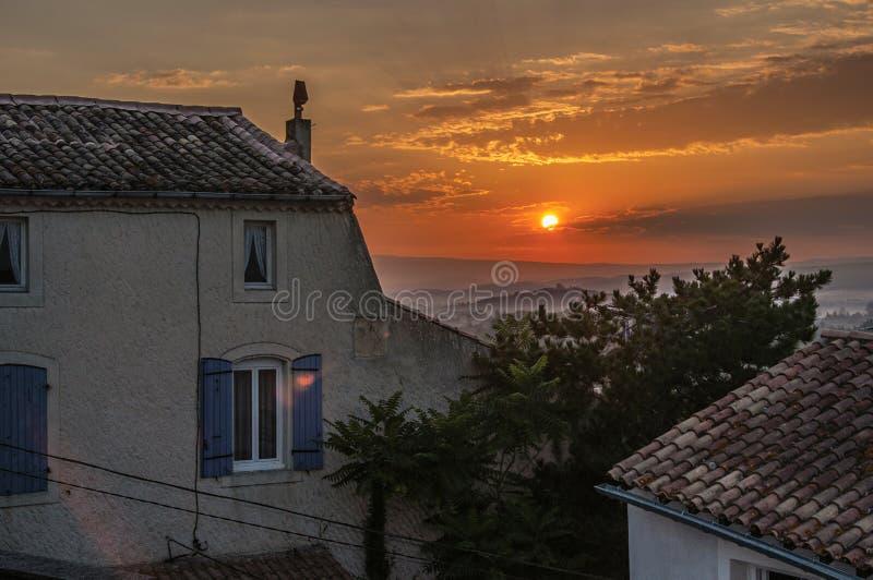 Άποψη των σπιτιών στην ανατολή στο χωριό châteauneuf-de-Gadagne στοκ εικόνα