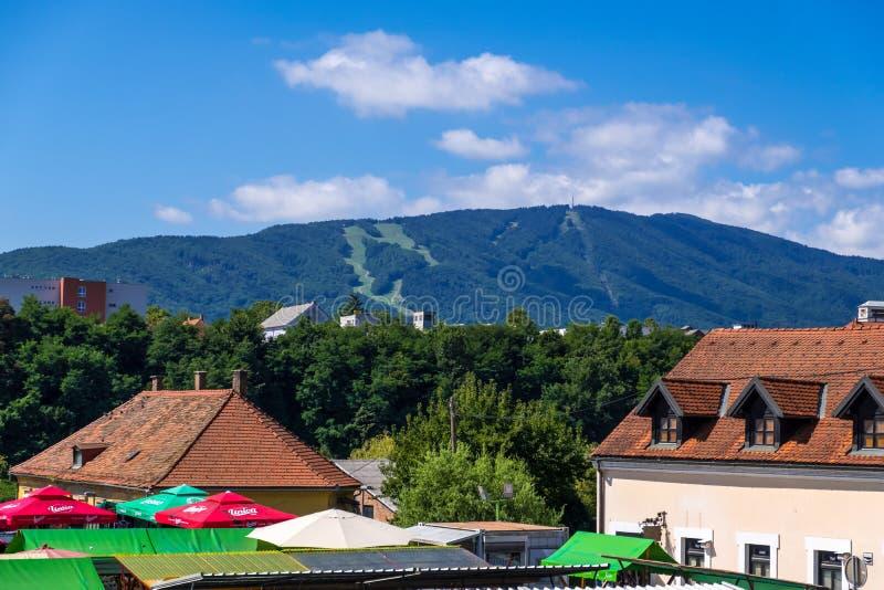 Άποψη των στέγων Παλαιά Πόλη και βουνό στο Μάριμπορ της Σλοβενίας και στις Ανατολικές Άλπεις στοκ φωτογραφίες