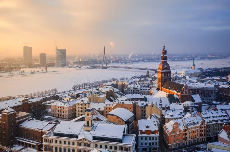 Άποψη των στεγών της παλαιάς πόλης και του πύργου του καθεδρικού ναού θόλων στο κλίμα ενός πάγος-καλυμμένου ποταμού στοκ εικόνες με δικαίωμα ελεύθερης χρήσης