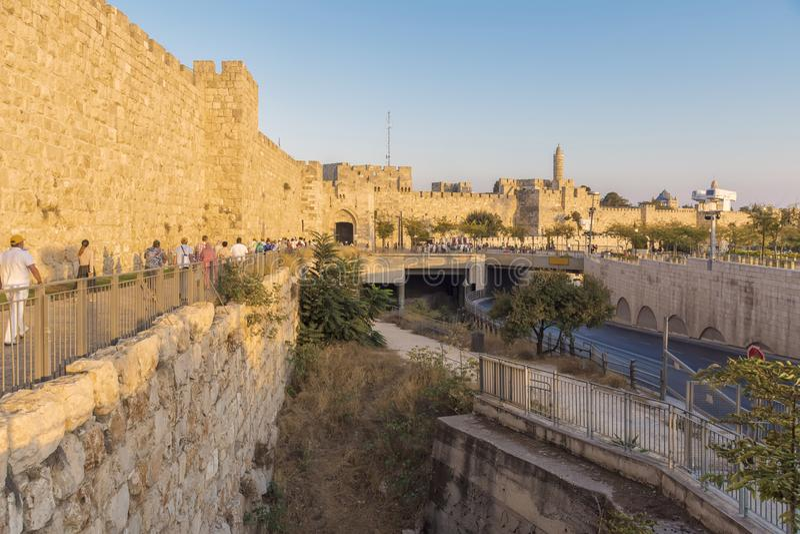 Άποψη των τοίχων φρουρίων και των κτηρίων της παλαιάς πόλης της Ιερουσαλήμ πίσω από τους τοίχους του απογεύματος στοκ φωτογραφία με δικαίωμα ελεύθερης χρήσης