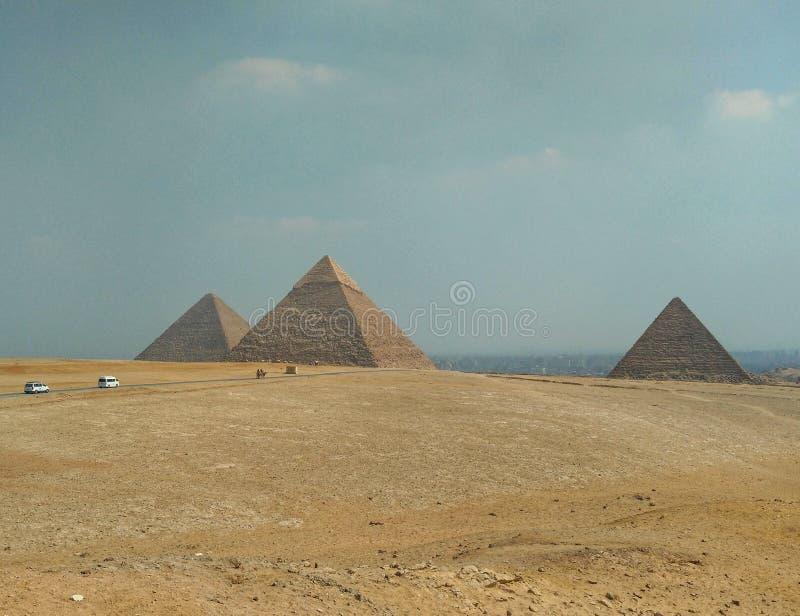 Άποψη των τριών πυραμίδων της Αιγύπτου στην κοιλάδα giza στοκ εικόνες