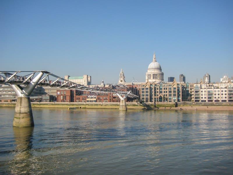 Άποψη των όχθεων του ποταμού Τάμεσης, στο Λονδίνο, UK στοκ εικόνες