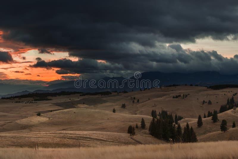 Άποψη φθινοπώρου με το ηλιοβασίλεμα βουνών στοκ εικόνα με δικαίωμα ελεύθερης χρήσης