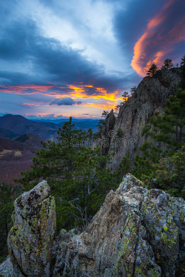 Άποψη φθινοπώρου με το ηλιοβασίλεμα βουνών στοκ φωτογραφία με δικαίωμα ελεύθερης χρήσης