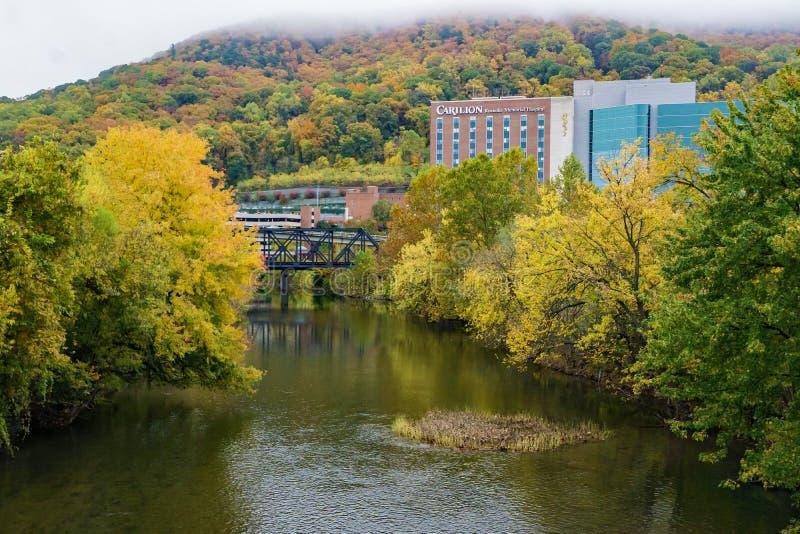 Άποψη φθινοπώρου του αναμνηστικού νοσοκομείου Carilion Roanoke στοκ εικόνες