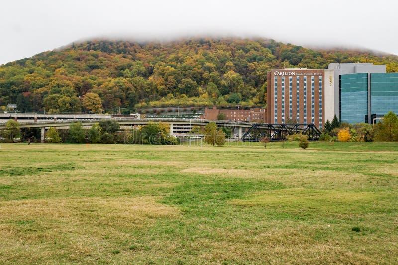 Άποψη φθινοπώρου του αναμνηστικού νοσοκομείου Carilion Roanoke - 2 στοκ φωτογραφία με δικαίωμα ελεύθερης χρήσης