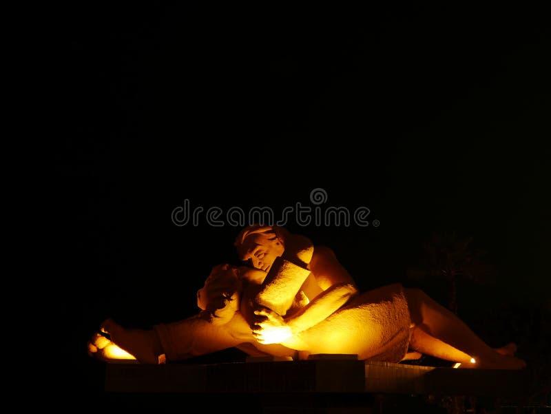 """Άποψη φωτισμού νύχτας ενός αγάλματος αποκαλούμενου """"The Kiss†, Λίμα στοκ φωτογραφία με δικαίωμα ελεύθερης χρήσης"""