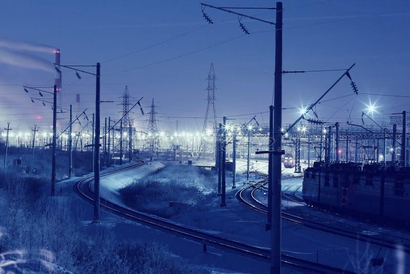 Άποψη χειμερινής νύχτας του σιδηροδρόμου στοκ εικόνες