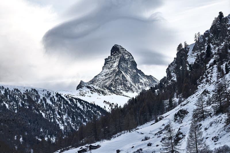 Άποψη χειμερινού Matterhorn από το ελβετικό χωριό Zermatt στοκ εικόνες