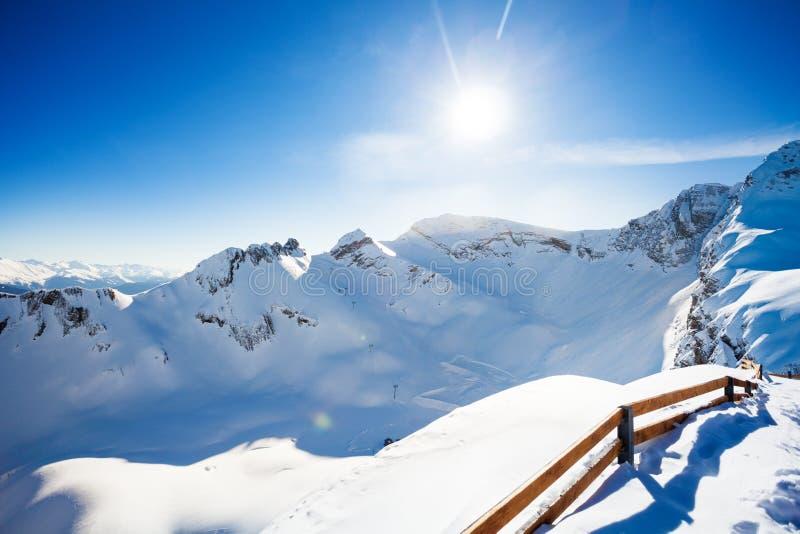 Άποψη χειμερινών τοπίων Καύκασου με το φράκτη στοκ εικόνα με δικαίωμα ελεύθερης χρήσης