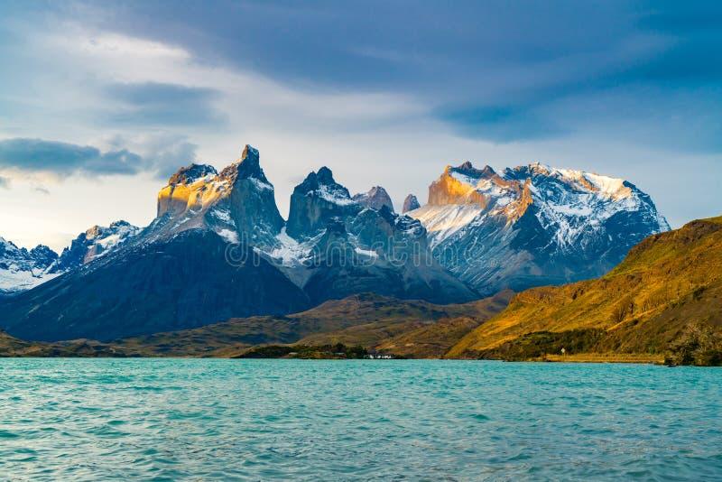 Άποψη όμορφο Cuernos del Paine Mountains και λίμνη Pehoe στοκ φωτογραφία με δικαίωμα ελεύθερης χρήσης