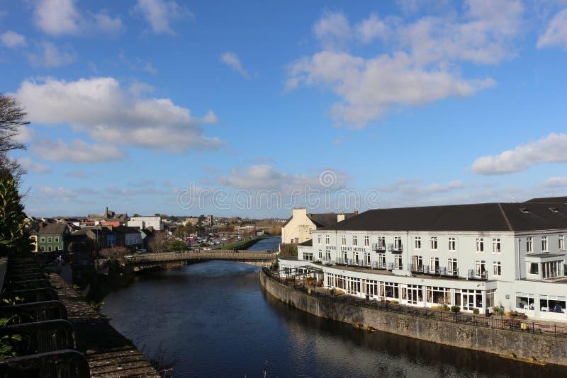 Άποψη όχθεων ποταμού kilkenny της πόλης και της γέφυρας κάστρων στοκ φωτογραφίες