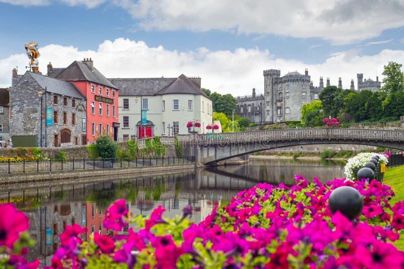 Άποψη όχθεων ποταμού kilkenny της πόλης και της γέφυρας κάστρων στοκ εικόνες