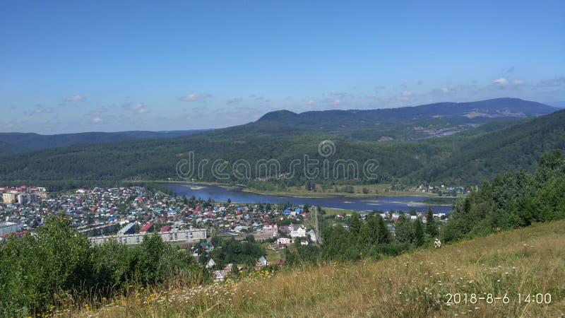 Άποψη ‹â€ ‹πόλεων †άνωθεν με τα βουνά, ποταμός, δέντρα, κτήρια στοκ φωτογραφία με δικαίωμα ελεύθερης χρήσης