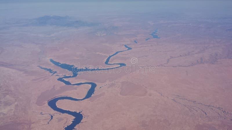 Άποψη Arial ερήμων ποταμών που κοιτάζει κάτω στοκ εικόνες