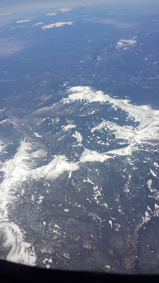 Άποψη Arial που κοιτάζει κάτω από πέρα από τα χιονώδη βουνά στοκ εικόνες